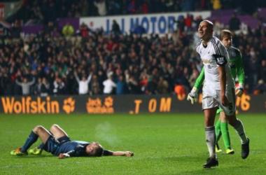 Swansea y Howard Webb cortan con estrépito la racha de Newcastle