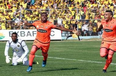 Pedro Pablo Velasco (izq), autor del gol en el partido ante Fuerza Amarilla, celebrando junto con Álvez (der). Foto por: API