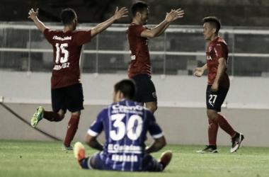 Sánchez Miño y Torito Rodríguez, festejando con Barco, autor del segundo gol. / Foto: Perfil.
