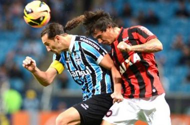 Em jogo quente, Grêmio bate o Atlético-PR e segue na vice-liderança