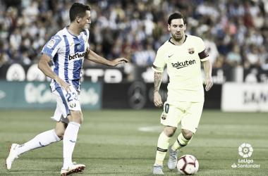 Mikel Vesga tratando de frenar a Messi en el partido de la primera vuelta | Foto: LaLiga Santander