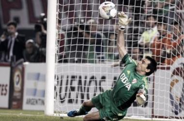 Marcelo Barovero le ataja el penal a Emmanuel Gigliotti en la semifinal de la Copa Sudamericana 2014. Foto: Web