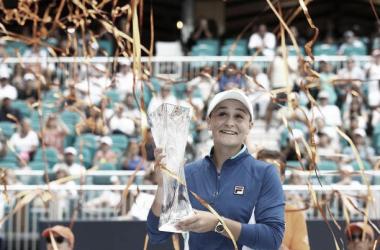 Barty sonríe posando con el trofeo de campeona del WTA Premier Mandatory de Miami. Foto: gettyimages.es