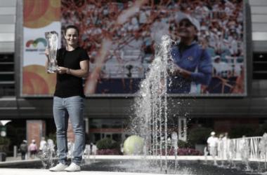 Barty posa con el trofeo de campeona. Foto: Miami Open.
