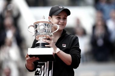 Ashleigh Barty posa con su trofeo de campeona de Roland Garros 2019. Foto: gettyimages.es