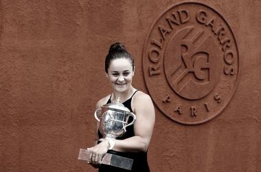 Ashleigh Barty posando con su trofeo de campeona en las inmediaciones de Roland Garros. Foto: gettyimages.es