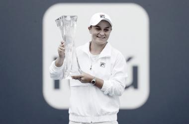 Ashleigh Barty alza al cielo de Miami el trofeo de campeona en Miami. (Fuente: WTA)