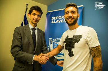 El presidente del Alavés, Alfonso Fernández de Trocóniz, con Borja Bastón, en la presentación de este. / Foto: Deportivo Alavés