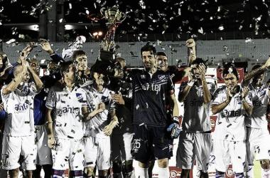 Bava levanta la Copa Bandes. Foto: Tenfield SA.
