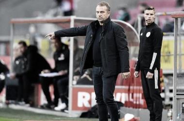 """Hansi Flick valoriza vitória do Bayern sobre Colônia: """"Feliz com três pontos"""""""