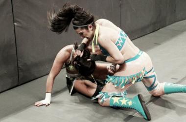 Bayley (derecha) ataca a Sonya Deville (izquierda) durante un combate en Raw. Foto: WWE.com