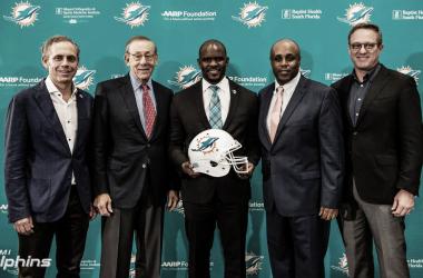 Brian Flores en su presentacion como entrenador en jefe de los Miami Dolphins (foto Miami Dolphins