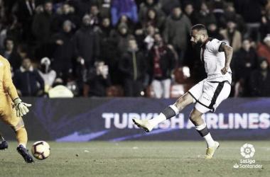 Bebé golpeando el balón en su gol. Fotografía: La Liga