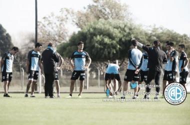 Diálogo entre jugadores y DT | FOTO: Belgrano Oficial.