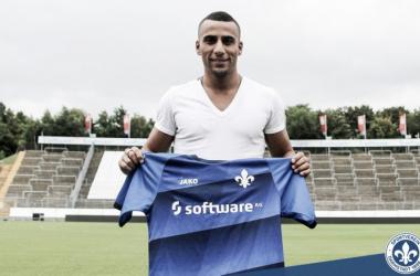 Änis Ben-Hatira mit seiner neuen Arbeitskleidung. | Quellle: SV Darmstadt 98