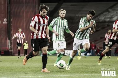 Beñat controla el balón contra el Betis. | Foto: Iñigo Larreina, VAVEL