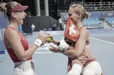 <p><font><b>Belinda Bencic y Viktorija Golubic celebran su victoria en dobles. Foto Kopatsch / Sato / Sidorjak</b></font></p>