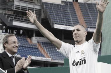 Benzema cumple doce años de blanco con una renovación debajo del brazo
