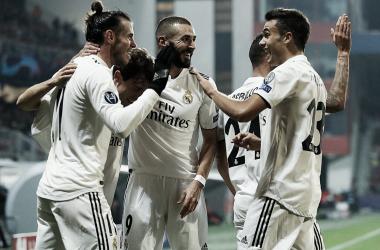Los futbolistas blancos se felicitan en un duelo de Champions / Foto: Real Madrid