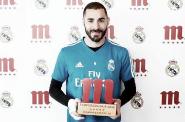 Karim Benzema posa con el galardón Mahou Jugador Cinco Estrellas / Foto: Real Madrid