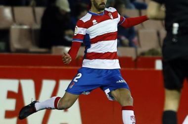 Bernardo se dispone a golpear el balón. Foto: Granada CF.