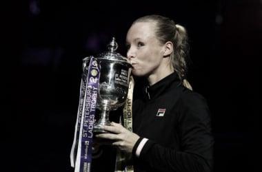 Bertens besa el trofeo que la acredita como campeona en San Petersburgo. / Foto: gettyimages.es