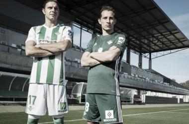Los capitanes Joaquín y Guardado posan con el nuevo patrocinador | FOTO: Real Betis