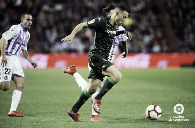 Calero y Nacho intentando alcanzar a Canales   Foto: Real Valladolid