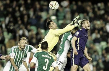 Camacho peina el balón que da la victoria al Málaga en el min 82. Foto: Málaga CF