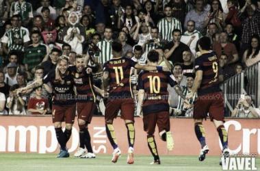 Messi, Suárez y Neymar acuden a celebrar un gol I Foto: Juan Ignacio (VAVEL)