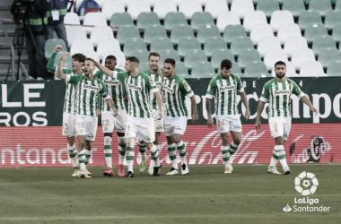 Los jugadores béticos celebran un gol en el Betis - Sevilla de la temporada 2020-2021. Foto : LaLiga Santander.