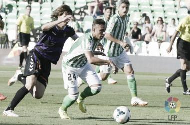 Rubén Castro controla un balón ante la insistencia de Álvaro Rubio en el último Betis - Valladolid disputado en Primera División (4-3) | Foto: LaLiga Santander.