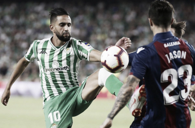 Boudebouz luchando por el balón con Jason en el encuentro que enfrentó a Betis y Levante en la primera jornada de LaLiga Santander. Foto: Real Betis.