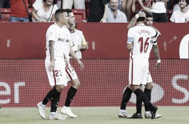 Navas abrazando a Banega antes de que este sea sustituido | Foto Sevilla FC