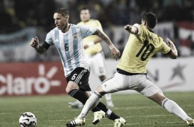 Lucas Biglia y James Rodríguez disputando el balón (foto: Goal)