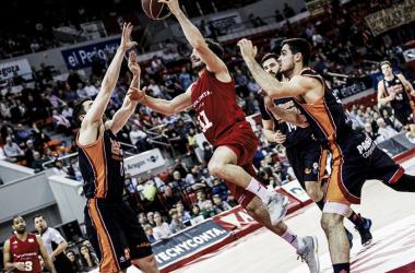 Bellas entra a canasta ante Abalde /Foto: Basket Zaragoza