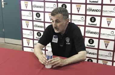 Blas García atendiendo a los medios de comunicación en sala de prensa | Foto: Club Marino de Luanco