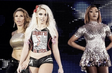 Alexa Bliss acompañando a Mickie James y Alicia Fox hacia el ring en Evolution | Fuente: WWE.com