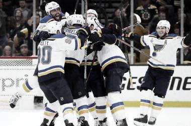 Los Blues celebrando la victoria | NHL.com