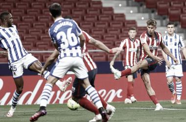 Llorente filtrando un pase entre la defensa de la Real Sociedad | Foto: Atlético de Madrid