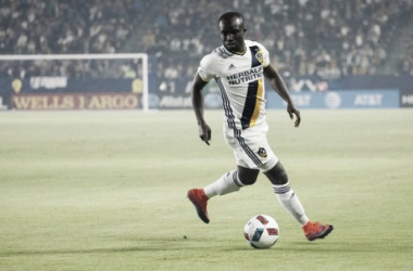 Emmanuel Boateng dribbles the ball for the Los Angeles Galaxy. | Photo: LAGalaxy.com