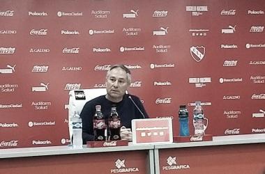 Ariel Holan, disgustado con el arbitraje. Imagen: @Independiente