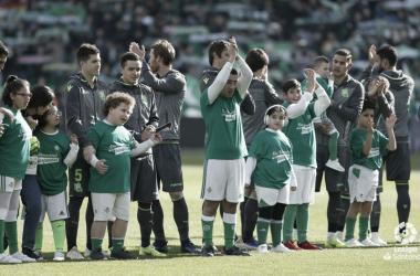 Los futbolistas de la Real Sociedad saludan al Benito Villamarín en el partido de ida, en la J14 de La Liga Santader (FOTO:// LaLiga)