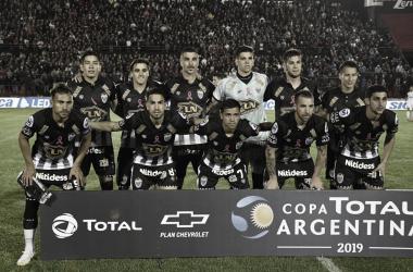 """<p class=""""MsoNormal"""">El once inicial de Estudiantes de Caseros en la previa del encuentro ante Colón de Santa Fe en la fase anterior de esta Copa. FOTO: Web.</p>"""