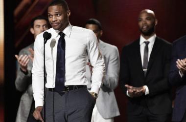 Russell Westbrook recibió el premio al 'MVP' de la temporada en la primera gala de los 'NBA Awards'   Fotografía: NBA.com