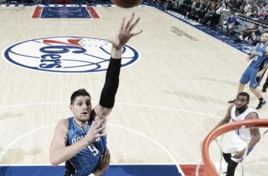 Vucevic lanza a canasta ante la defensa Sixer. (Fuente NBA Photos).