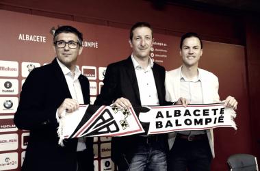 Ramis (centro), acompañado de Mauro Pérez y de Varela, durante el acto de su presentación   Foto: albacetebalompie.es