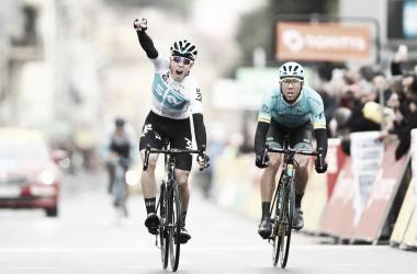 David De La Cruz (Team Sky) supera a Omar Fraile (Astana) por escasoa centímetros. Foto. Paris-Niza