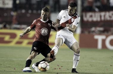 Nicolás Domingo y Rafael Borré disputando el balón.