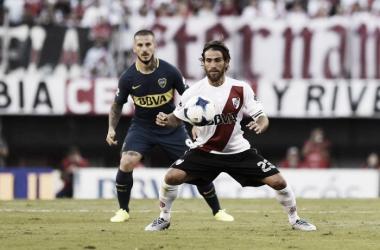 Leonardo Ponzio domina la pelota ante la atenta mirada deDarío Benedetto. FOTO: Web.